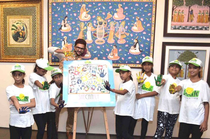 Mumbai Sept. 30 :- An artist Suvigya Sharma conducting a workshop with kids from Smile Foundation & speak to Art Enthusiasts & student about - Fundamentals of the 2,200 years old Traditional Miniature Art Form during his art exhibition at Kamalnayan Bajaj Art Gallery, Nariman Point in Mumbai.( pic by Ravindra Zende )