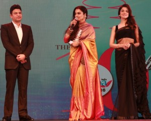 Rekha with Bhushan Kumar & Divya Khosla Kumar at Geospa Asiaspa Awards 2016